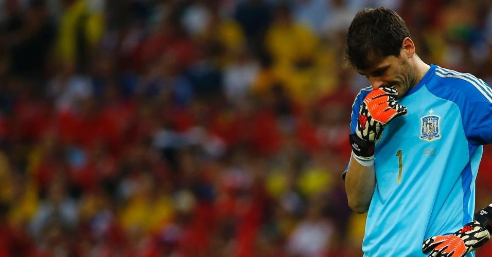 Iker Casillas aparece cabisbaixo após levar gol do Chile no Macaracanã