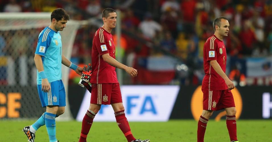 Iker Casillas, Fernando Torres e Andres Iniesta deixam o gramado após a eliminação da Espanha na Copa