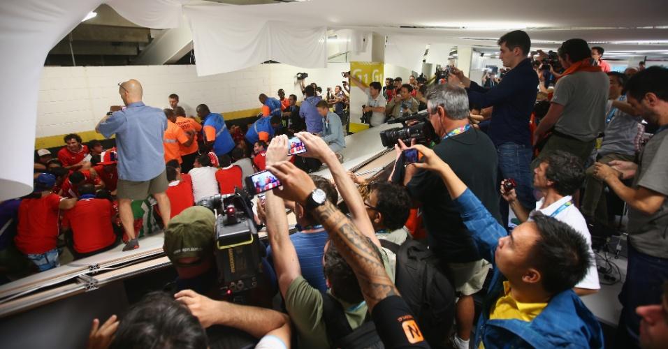 Imprensa tenta registrar detenção dos torcedores chilenos no Maracanã