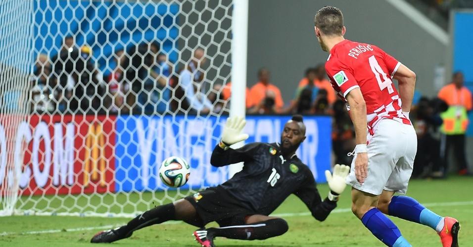Ivan Perisic finaliza para marcar o segundo gol da Croácia diante de Camarões