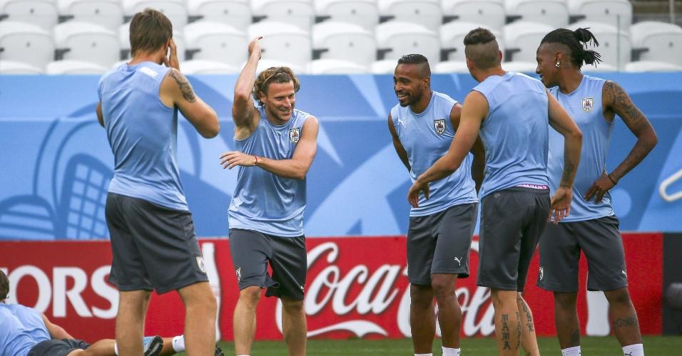 Jogadores do Uruguai conversam durante treino da equipe em São Paulo