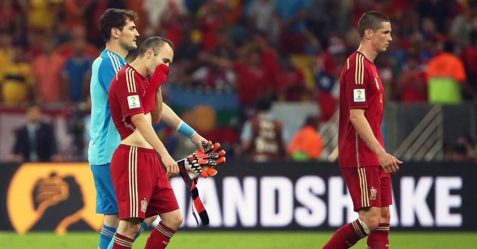 Jogadores espanhóis saem de campo cabisbaixos após derrota para o Chile que provocou a eliminação da seleção na Copa do Mundo