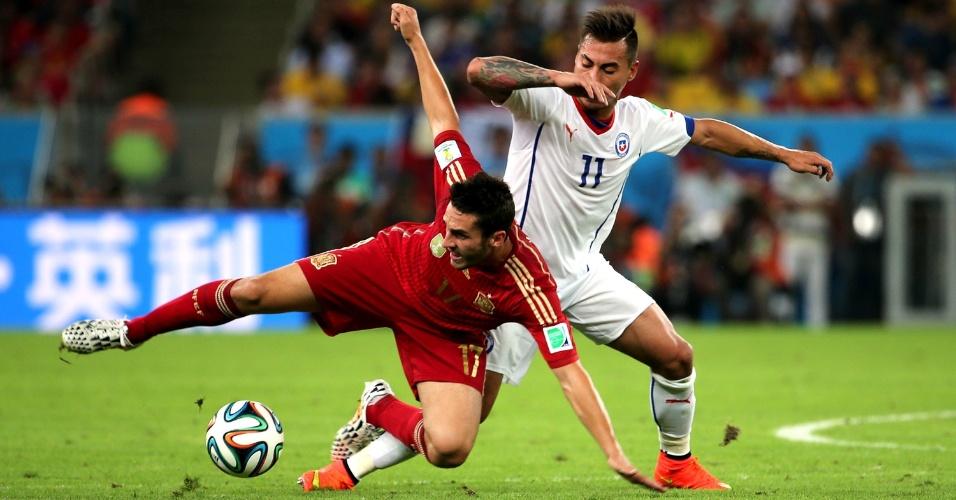 Koke divide a bola com Vargas na partida da Espanha contra o Chile, no Maracanã