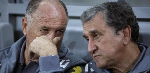 Felipão (e) cobre a boca ao conversar com Carlos Alberto Parreira durante um treino da seleção brasileira