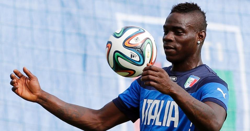 Mario Balotelli brinca com a bola durante treino da seleção italiana nesta quarta-feira