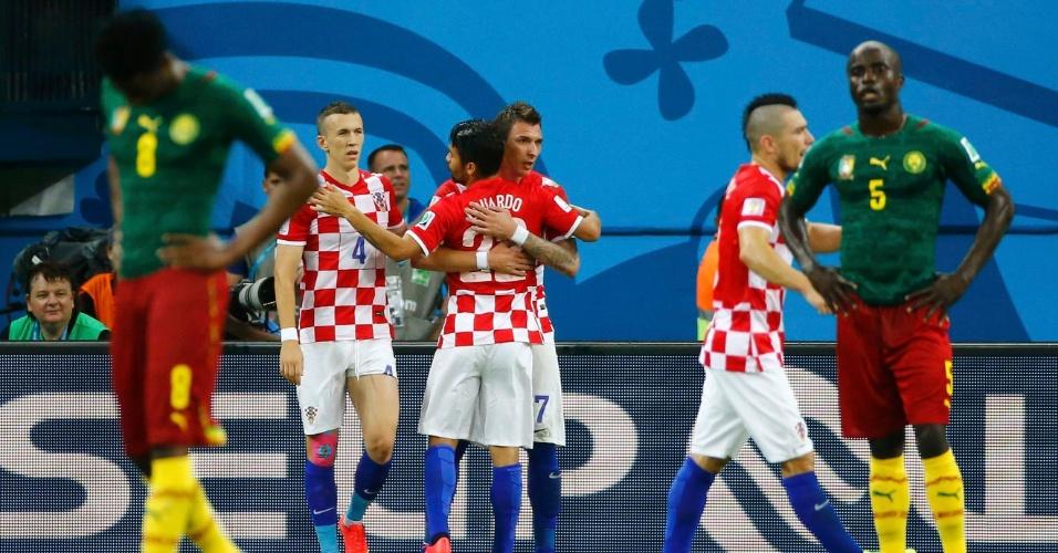 Mario Mandzukic abraça o brasileiro naturalizado croata Eduardo da Silva após marcar mais um gol sobre Camarões