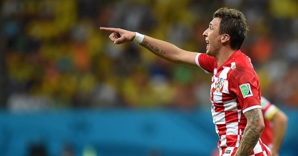 Mario Mandzukic comemora ao marcar um dos gols croatas sobre Camarões