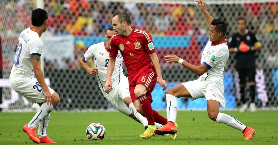 Meia Iniesta é marcado por três chilenos no jogo da Espanha no Maracanã