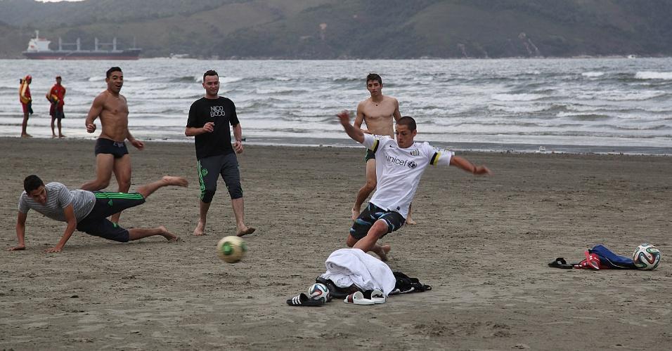 Mexicanos jogam pelada na praia e Chicharito usa a camisa do Santos