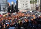 Holandeses param centro de Porto Alegre e fazem Carnaval com trio elétrico - Marinho Saldanha/UOL