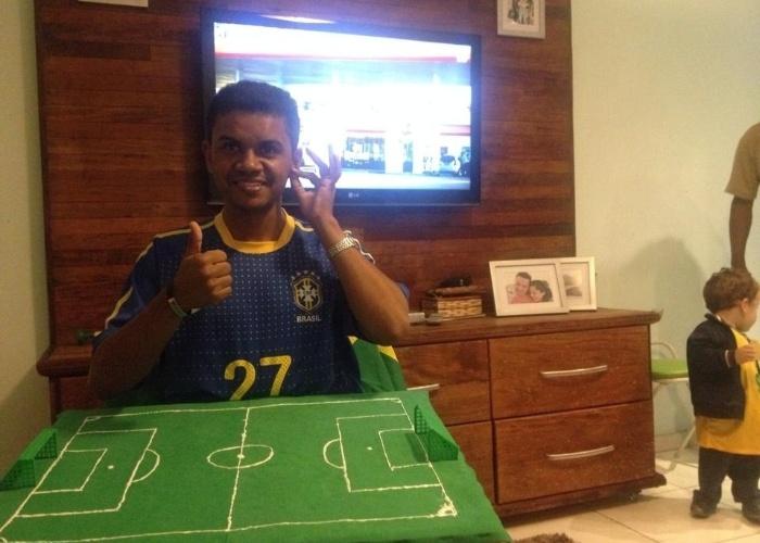 O jovem de 26 anos Carlos Alberto Santana Júnior acompanhou a Copa por meio do tato. Dois guias-intérpretes montaram um campinho e lhe passaram por gestos e toques tudo o que acontecia na estreia do Brasil na Copa