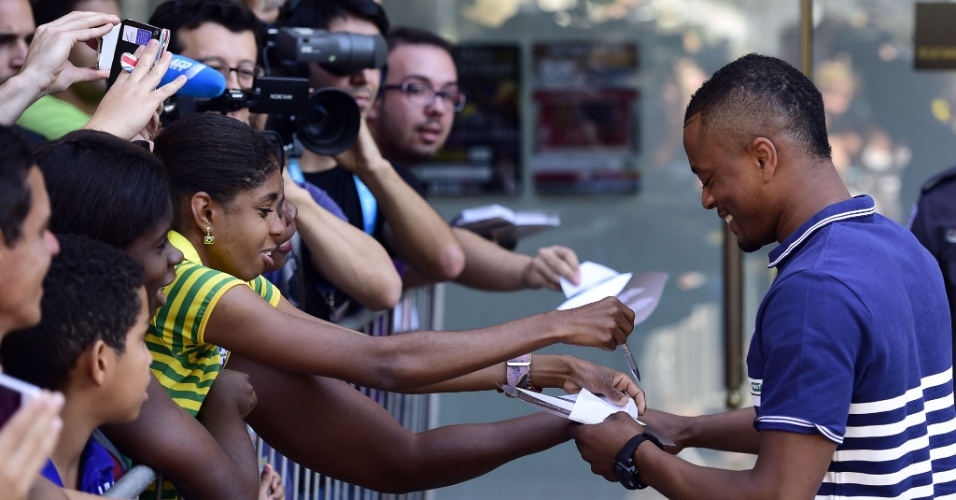 Patrice Evra dá atenção para os fãs após coletiva de imprensa em Ribeirão Preto, no interior de São Paulo