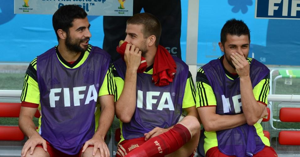 Piqué sorri com os companheiros de Espanha no banco de reservas durante a derrota para o Chile no Maracanã