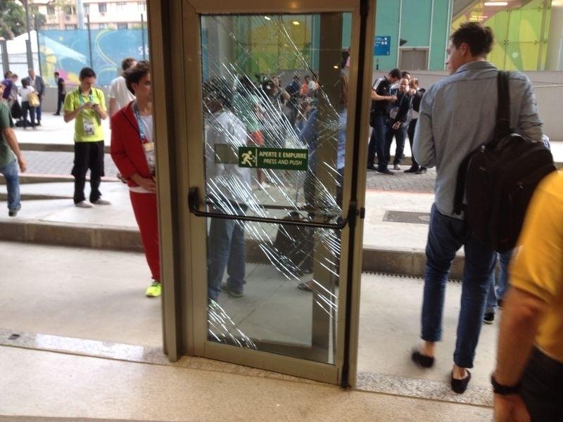 Porta de vidro do centro de imprensa do Maracanã ficou quebrada após tentativa de invasão da torcida chilena