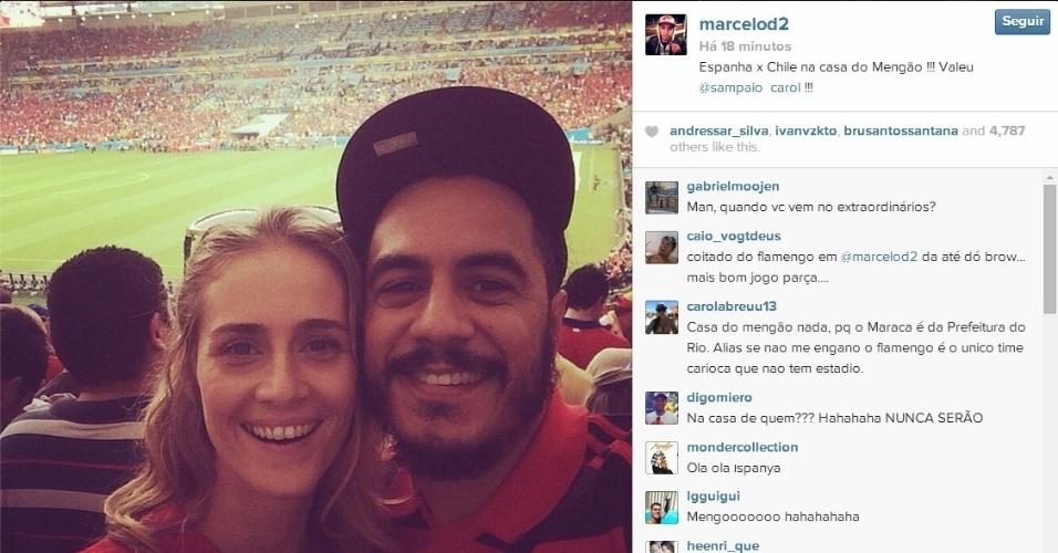 Rapper Marcelo D2 vai acompanhado da mulher Camila no jogo entre Espanha e Chile