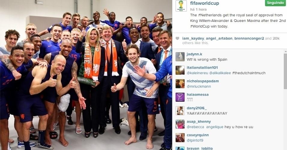 Rei e rainha da Holanda comemoram vitória sobre a Austrália junto com os jogadores