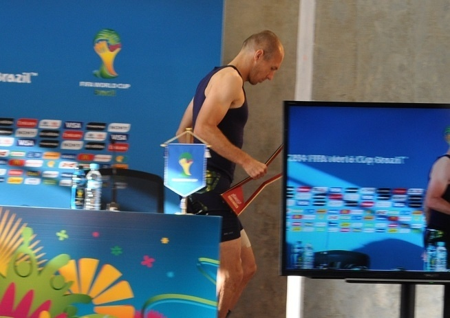 Robben aparece para entrevista após jogo contra a Austrália com