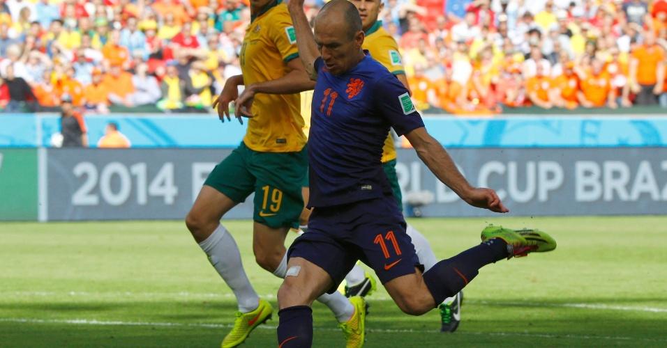 Robben chuta para abrir o placar para a Holanda contra a Austrália