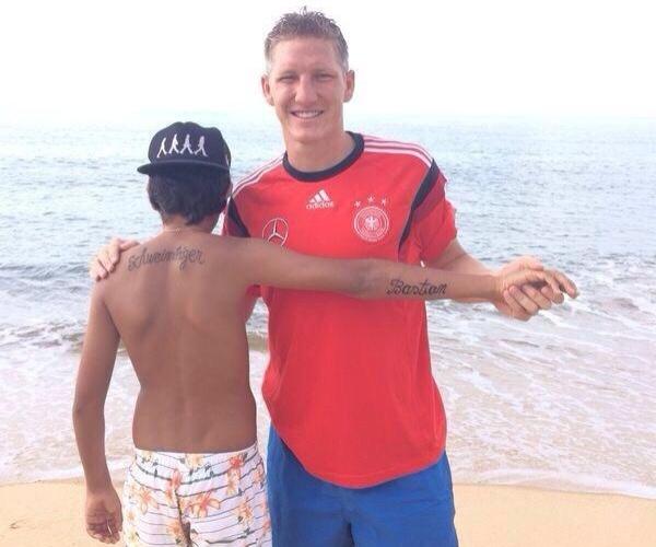 Schweinsteiger encontra menino com seu nome tatuado em praia da Bahia