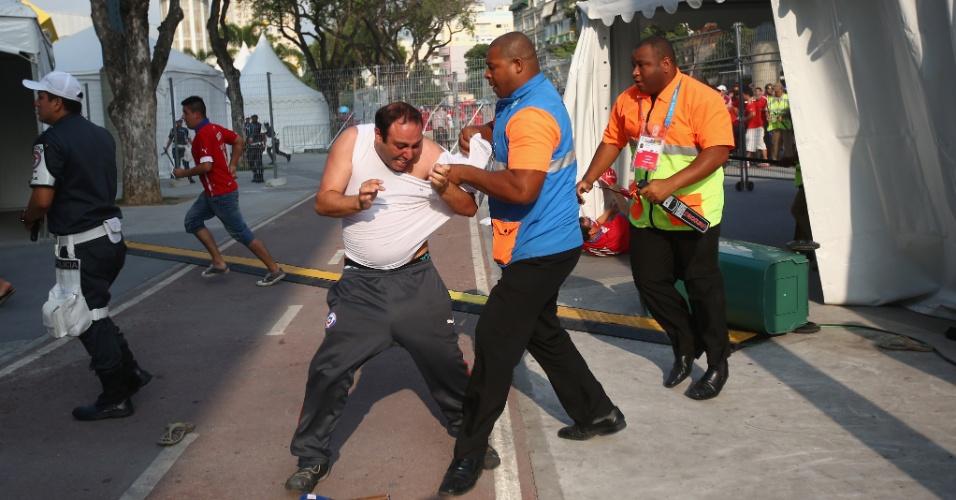 Segurança agarra torcedor chileno que tentava invadir centro de imprensa do Maracanã