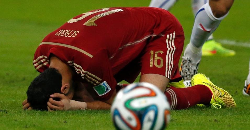 Sergio Busquets, da Espanha, cai no gramado para lamentar chance perdida contra o Chile