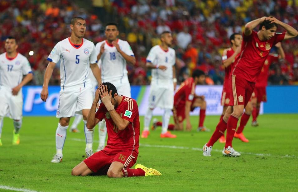 Sergio Busquets fica no chão e leva as mãos à cabeça para lamentar oportunidade desperdiçada pela Espanha contra o Chile