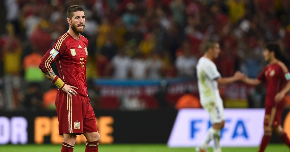 Sergio Ramos fica parado no gramado após o apito final do jogo que acabou eliminando a Espanha da Copa do Mundo