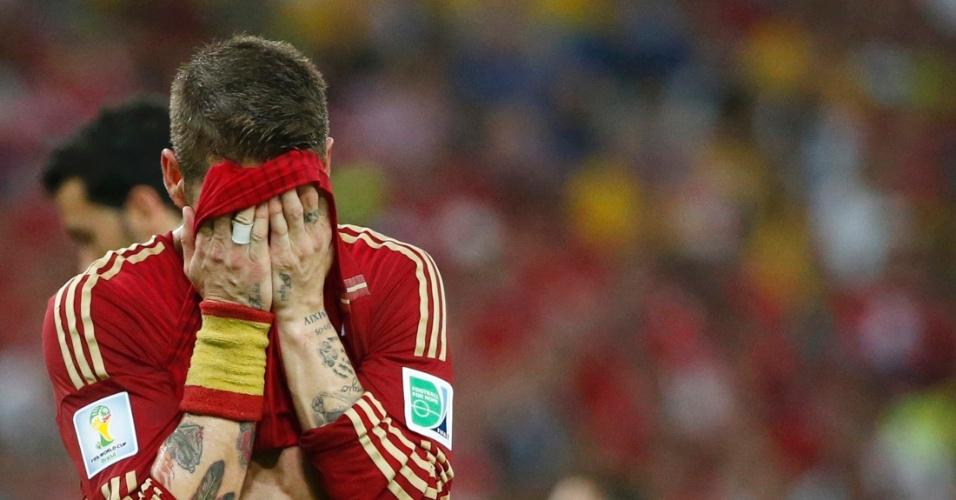 Sergio Ramos, um dos jogadores mais badalados da Espanha, demonstra abatimento após a derrota para o Chile