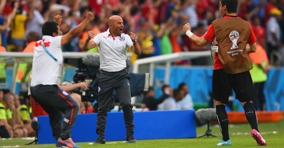 Técnico chileno Jorge Sampaoli comemora o segundo gol de sua seleção contra a Espanha