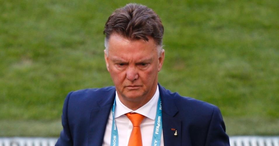 Técnico da Holanda Van Gaal parece não gostar do que vê após virada da Austrália no início do segundo tempo