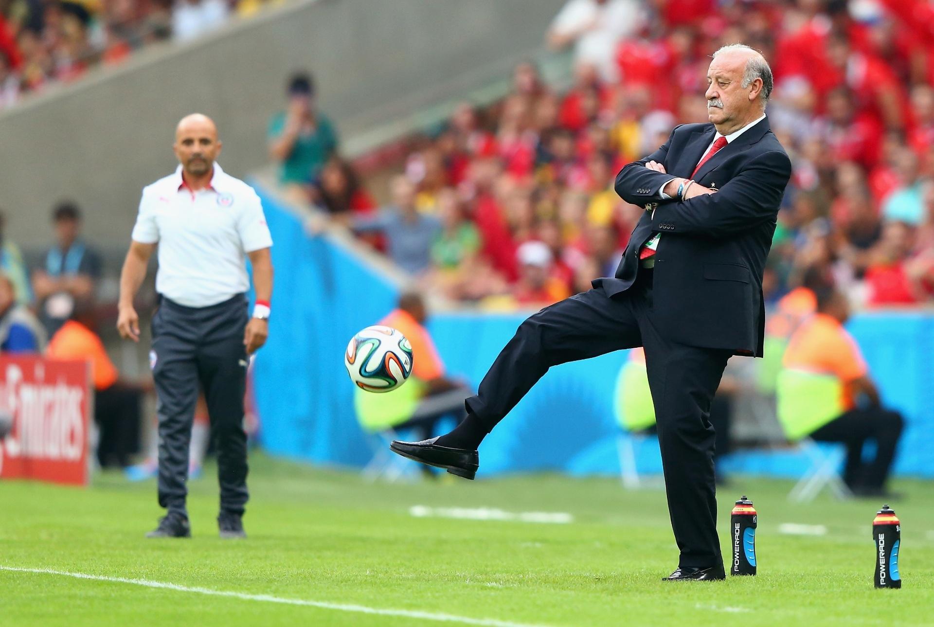 Técnico espanhol Vicente del Bosque mostra habilidade ao matar bola durante o jogo contra o Chile
