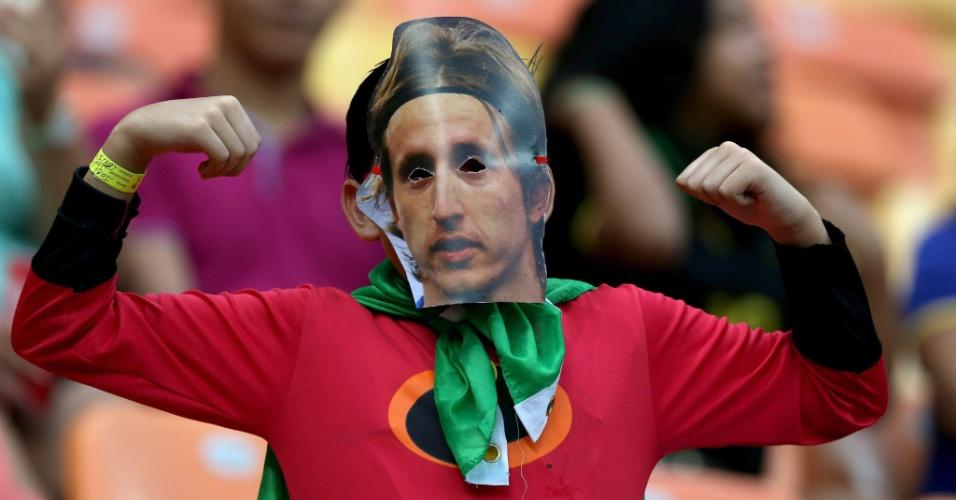Torcedor aparece fantasiado com a máscara de Modric, um dos destaques da seleção croata