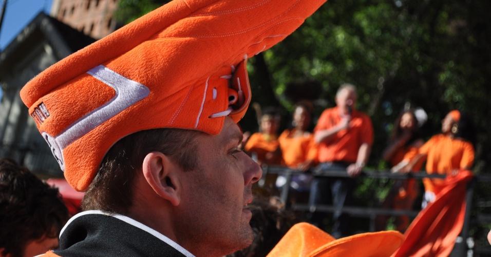 Torcedor holandês usa chapéu em forma e chuteira antes da partida contra a Austrália