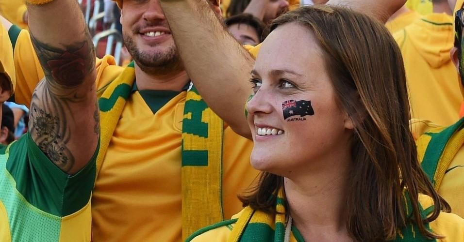 Torcedora apoia a Austrália na dura partida contra a Holanda, em Porto Alegre