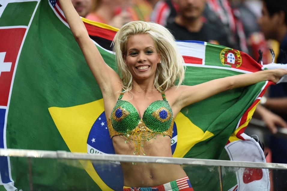 Torcedora carrega bandeira com diversas seleções que participam da Copa do Mundo
