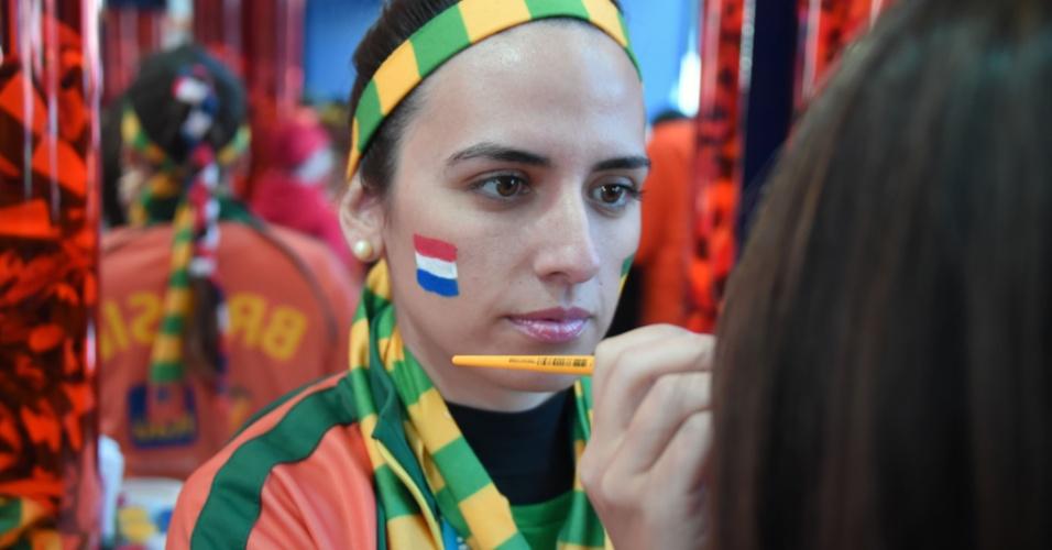 Torcedora pinta o rosto para assistir a Holanda x Austrália no Beira-Rio