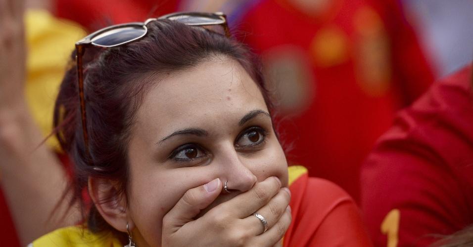 Torcedora que acompanha jogo em telão de Madri parece não acreditar na desclassificação da Espanha