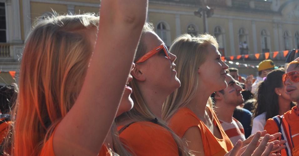 Torcedoras da Holanda marcam presença na festa nas ruas de Porto Alegre