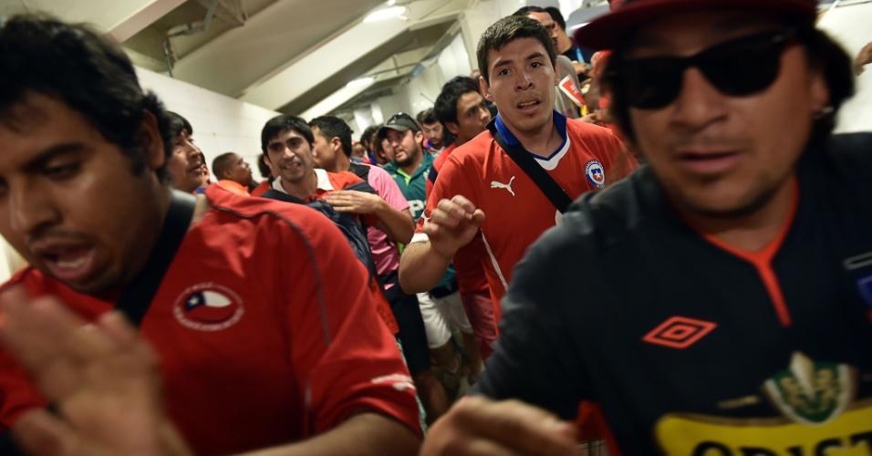 Torcedores chilenos correm pelo centro de imprensa do Maracanã na tentativa de ter acesso ao estádio