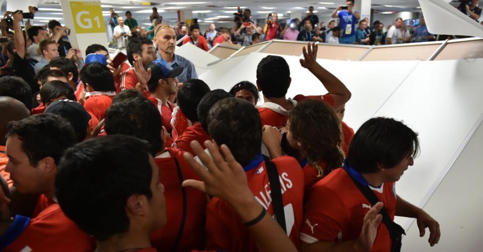 Torcedores chilenos invadem centro de imprensa do Maracanã na tentativa de ter acesso ao estádio