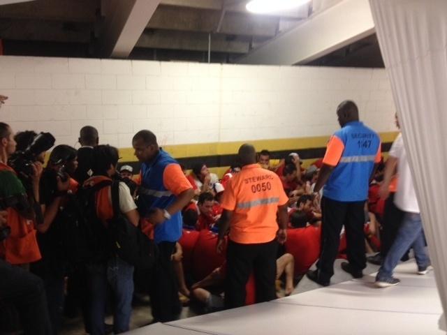 Torcedores chilenos invadem zona de imprensa sem ingresso