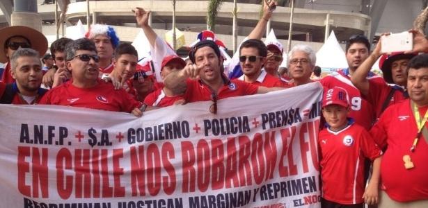 Torcedores chilenos levam ao Maracanã faixa de protesto contra os altos preços dos ingressos na Copa