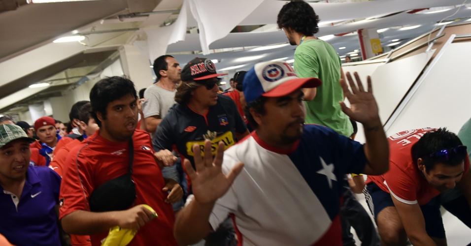 Torcedores chilenos sem ingresso derrubam divisória do centro de imprensa do Maracanã tentando entrar no estádio