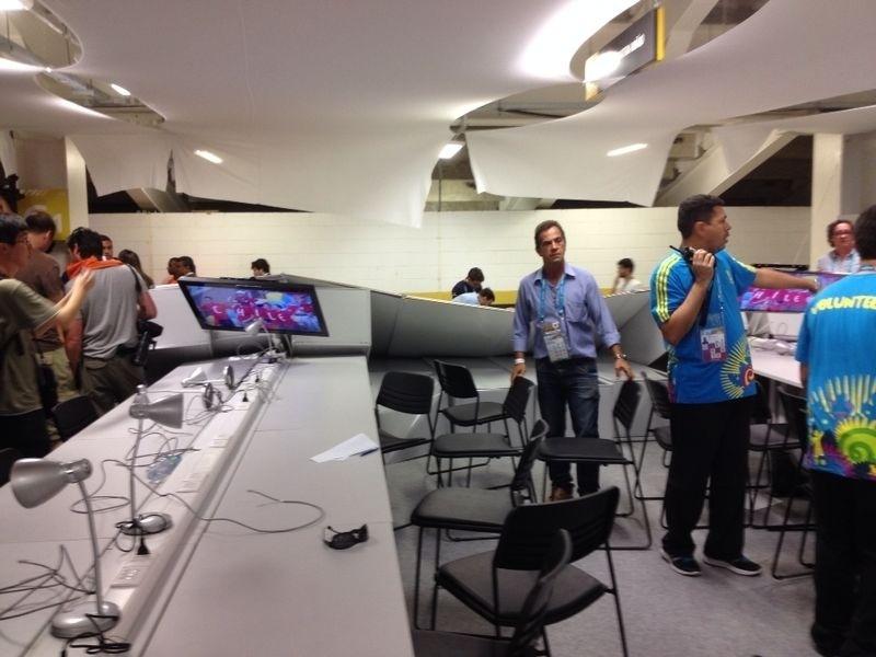 Torcedores chilenos sem ingresso invadiram o centro de imprensa do Maracanã tentando acesso ao estádio