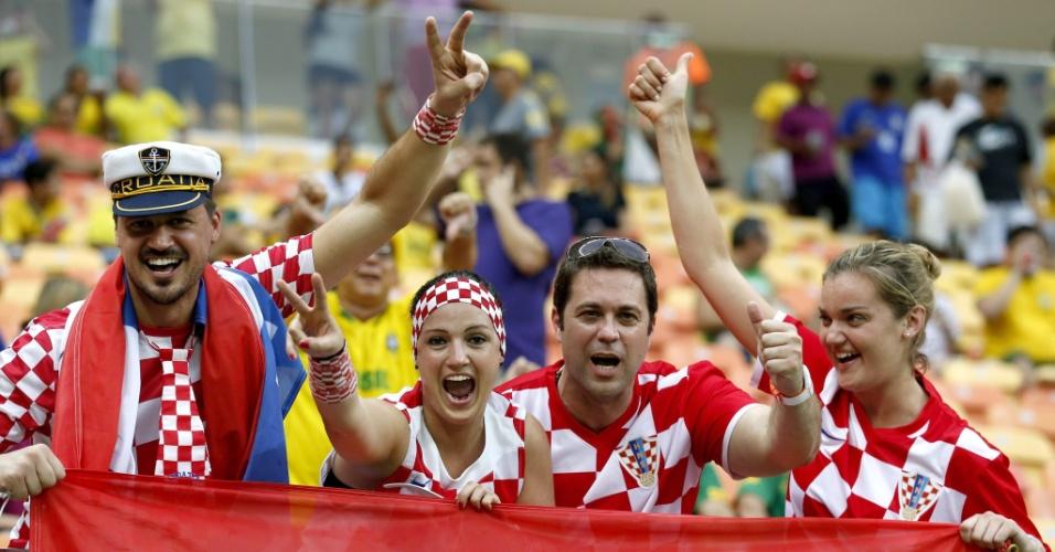 Torcedores croatas fazem a festa na Arena Amazônia antes do jogo entre Croácia e Camarões