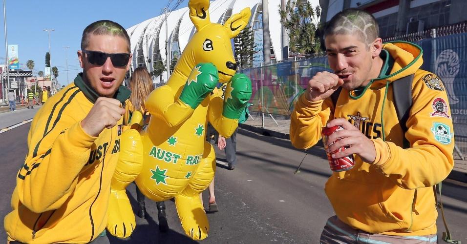 Torcedores da Austrália brincam durante a chegada ao Beira-Rio para seu segundo jogo na Copa
