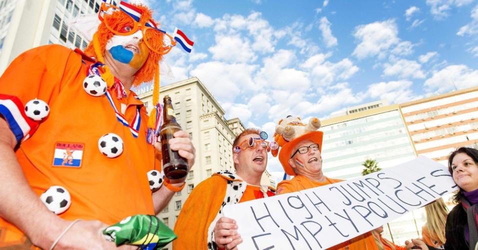Torcedores da Holanda fazem festa nas ruas de Porto Alegre horas antes da partida contra a Austrália