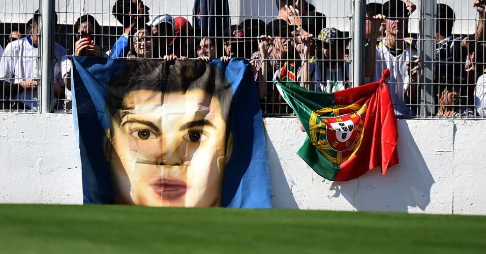 Torcedores de Campinas exibem caricatura de Cristiano Ronaldo durante treino de Portugal