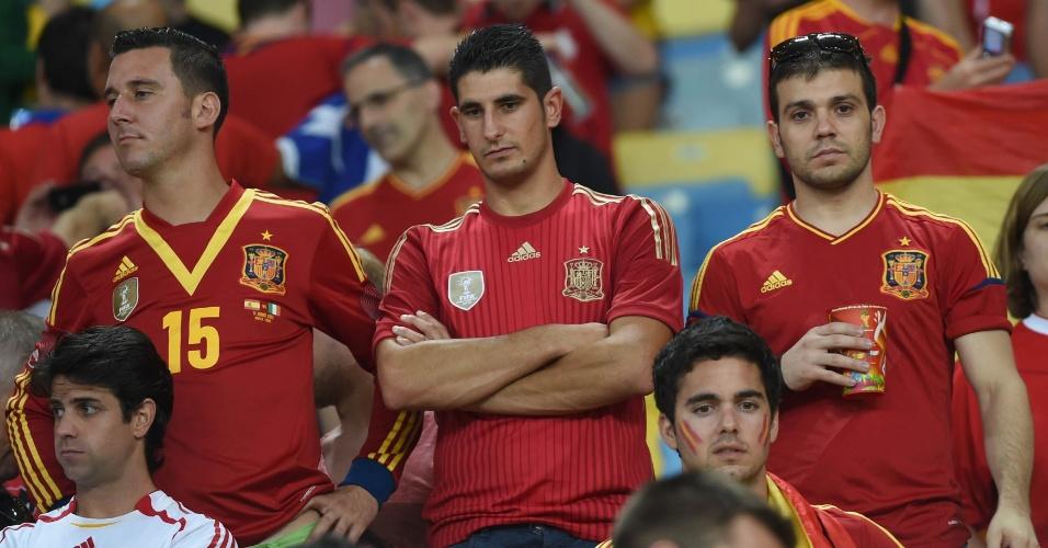 Torcedores espanhóis no Maracanã fazem cara de poucos amigos durante jogo que eliminou a seleção da Copa do Mundo