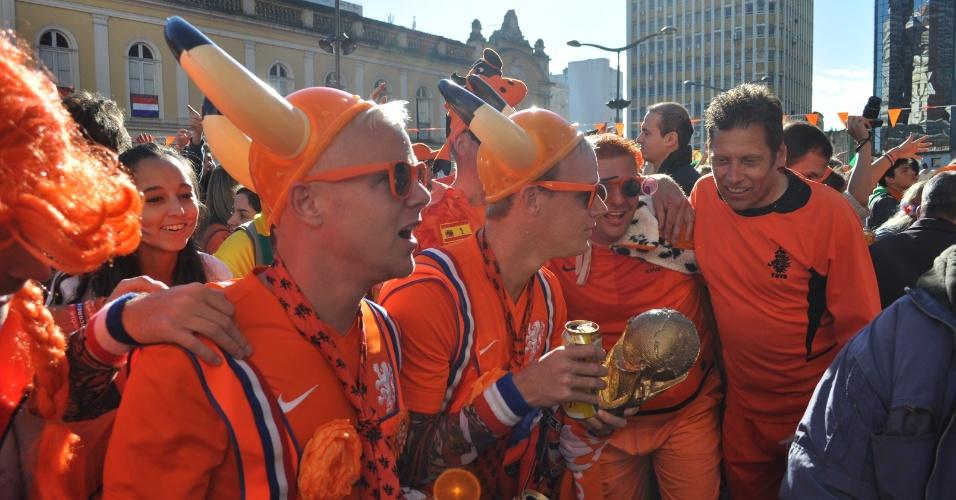Torcedores holandeses apostam em fantasias para a partida contra a Austrália em Porto Alegre